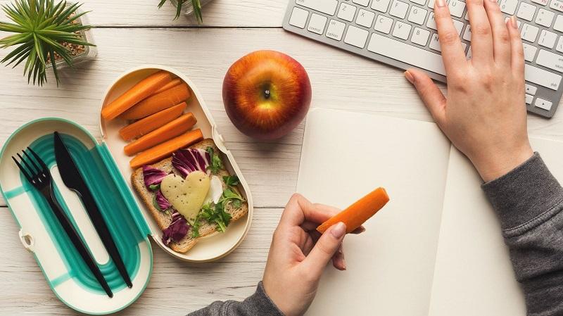 خوراکیها و تغذیه ها در حین کار با کامپیوتر